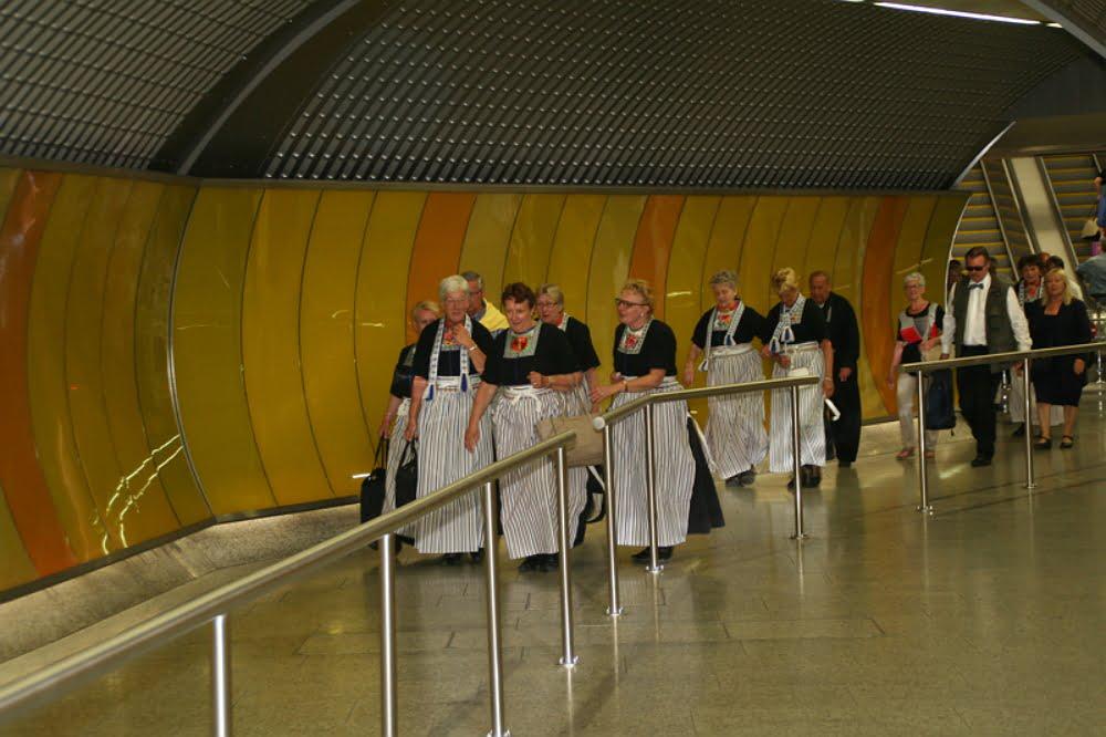 In klederdracht met de metro